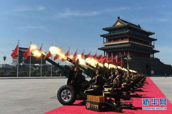 礼炮在天安门广场鸣响
