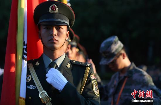 一名旗手整理着装。 中新社记者 杨可佳 摄
