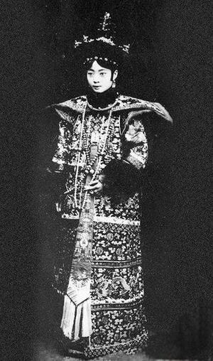 清朝末代皇后婉容的悲情一生 与文绣合照曝光