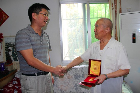 肥东县抗战老战士喜领纪念章和一次性补助生活女生拉圾图片