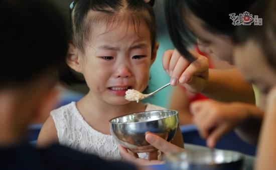 习惯了爸爸妈妈爷爷奶奶喂饭的婷婷,第一次独自在陌生的环境里吃午饭,担心婷婷不吃饭,老师便一口一口细心地给她喂,尽管这样,可眼泪拌饭还是成了她和部分第一天入园小朋友的标配。图片来源:华龙网