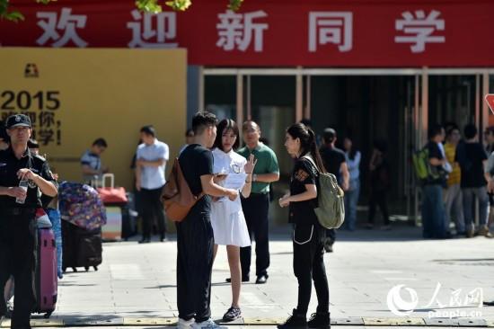 北京电影学院新生今日报到 俊男美女养人眼