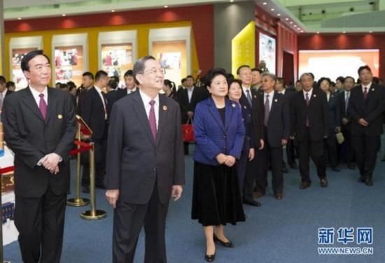 9月7日,中共中央政治局常委、全国政协主席、中央代表团团长俞正声率代表团全体成员来到拉萨西藏会展中心,出席《圆梦中国西藏华章――西藏自治区成立50年成就展》开幕式并参观展览。 新华社记者 黄敬文 摄