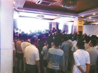 8月30日,金开园商务旅店内挤满了办借读的家长