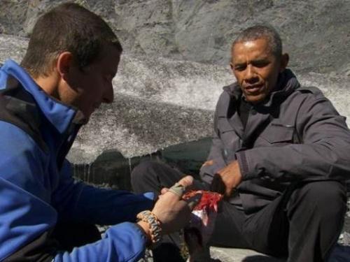 奥巴马在看贝尔手中的鲑鱼肉。