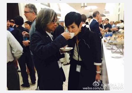 陈可辛端杯子喂吴君如喝咖啡网友:好幸福(图)