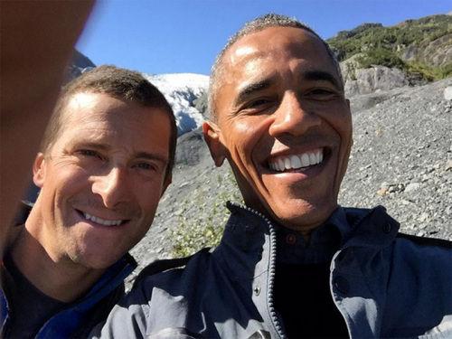 贝尔和奥巴马在荒野的自拍合照。