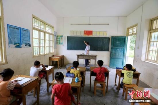 【图片故事】山区拐杖老师的37个春秋