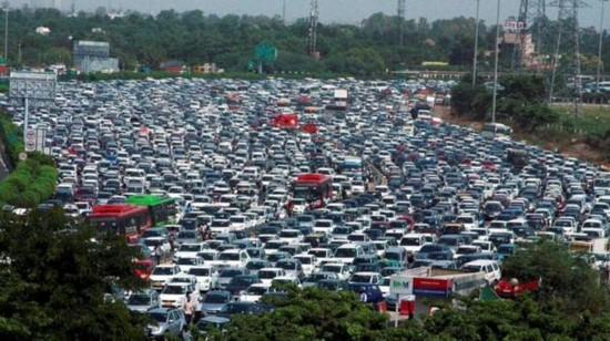 印度高速公路上千车辆被困 交通瘫痪