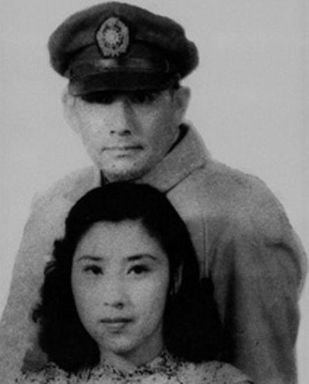 """1945年,抗战胜利后,经时任湖南省政府主席的程潜主婚,年仅17岁的王玉龄与上海金门饭店和一代抗日名将――时任国民党七十四军中将军长的张灵甫结为了夫妻,这对英雄才子碧玉佳人的结合轰动一时,引为佳话.婚后两人一直过着幸福、甜蜜的生活,直至1947年5月16日,张灵甫在解放军华野五大主力纵队的包围下战死孟良崮。唐诗人张籍有名句:""""夫死战场子在腹,妾身虽存如昼烛"""",如是情景可谓是王玉龄的写照。"""