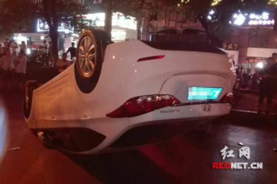 今日凌晨,长沙一台白色现代车被掀翻在路边