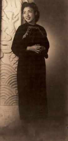 """王玉龄摄于1946年新婚后。王玉龄喜欢这张照片,在照片背面题写""""赠灵哥""""送给张灵甫。"""