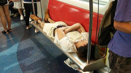 香港一男子横躺西铁座椅睡觉网友大呼霸气(图)