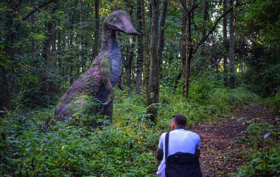走进现实版侏罗纪公园:人造恐龙潜伏幽暗森林(高清组图)