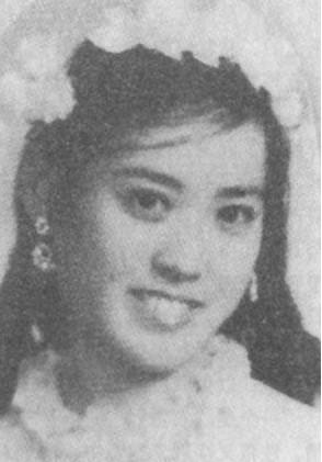 1966年3月,身患晚期乳腺癌的郭德洁逝世。刚刚投入祖国怀抱却遭遇丧妻之痛,李宗仁的情绪非常低落。为了照顾他的日常起居,有关部门先后物色了很多个人选,但都被依然沉浸在丧妻之痛当中的李宗仁一一婉拒,直到一个名叫胡友松的女孩子出现。胡友松是影后胡蝶的私生女,解放后在北京复兴医院当护士,她不仅人长得漂亮,气质好,而且正好从事的是医护工作,最符合照顾李宗仁的条件。李宗仁对这个落落大方、聪明伶俐的女孩子一见倾心。胡友松很快同意了这桩婚事。  1966年7月的一个日子,李宗仁和胡友松在北京西总布胡同51号李宗仁的官邸完婚。这桩婚姻曾经引起不小的风波,很多人误解胡友松,以为她爱慕虚荣,看中的是李宗仁的财产。胡友松是个要强的女人,一进李公馆,她就向工作人员声明:我不管钱,所有存折、钥匙都不管,也不继承财产,我只照顾李先生的起居。胡友松履行了自己的诺言,在李宗仁临终前的日子里,正是由于她无微不至的照顾和看护,使李宗仁感到莫大的慰藉和满足。