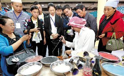 极具民族特色的手工艺品制作吸引了众多参观者