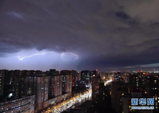 (生态)(1)北京突降大雨