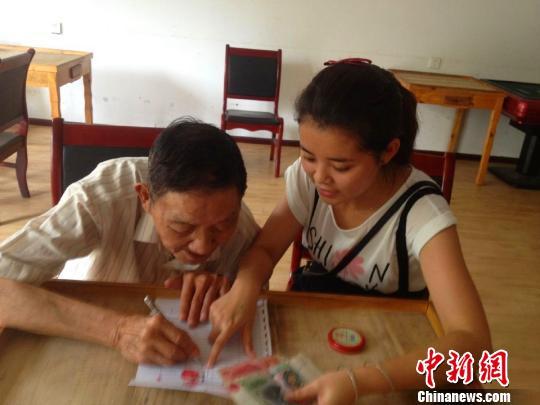 湖北宜昌13名志愿者接力照顾孤寡老人20年