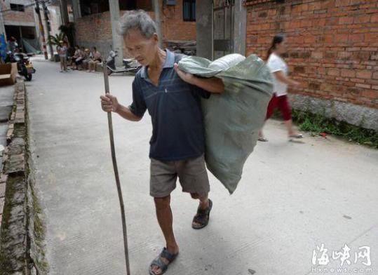 吴依伯靠捡垃圾,为孙女筹治疗费