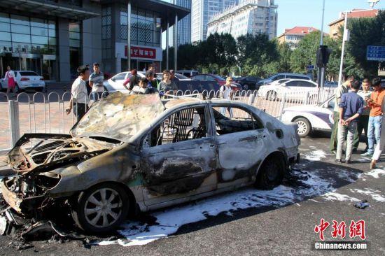 天津一出租车自燃仅剩铁架 无人员伤亡【2】