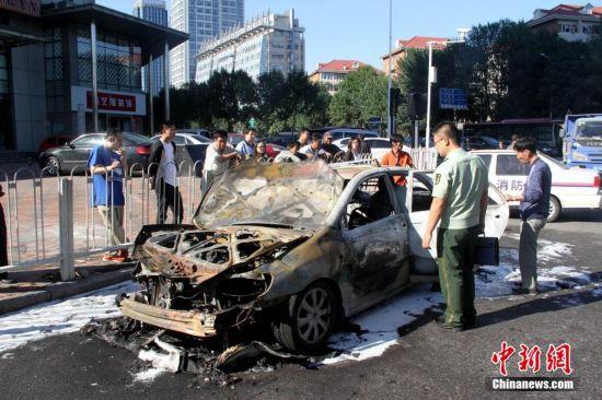 天津一出租车自燃仅剩铁架 无人员伤亡【3】