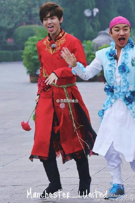 吐舌头男_赵薇被问婚事吐舌头送男粉丝性感唇吻_CC