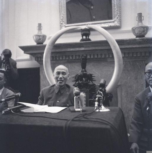 1960年9月,蔣介石難得在記者面前微笑吐舌頭,留下這幅珍貴的照片。