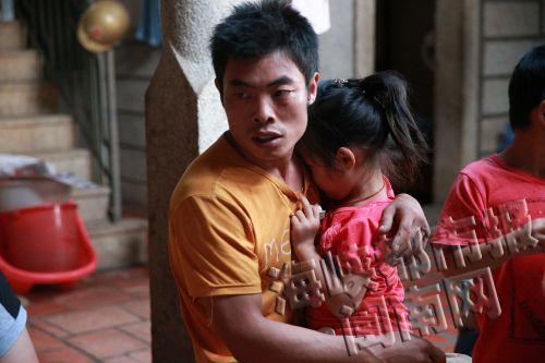 母亲被抓后,5岁的大女儿黏着爸爸-20岁年轻妈妈将2岁女儿扔溪中追
