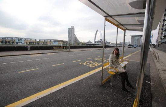 苏格兰公交候车站座椅背朝马路引发争议
