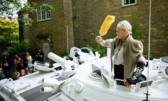 英国时尚天后开坦克到卡梅伦家抗议