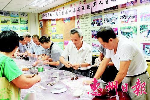 """""""复退军人之家""""成了""""老兵""""的幸福之家。这是去年中秋节期间,""""老兵""""在惠城区河南岸""""复退军人之家""""做月饼。 资料图片"""