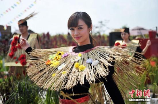 """高清:""""稻草美女""""亮相稻米文化节"""