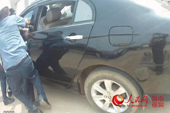 海口黑车暴力抗法 执法人员被拖行十余米