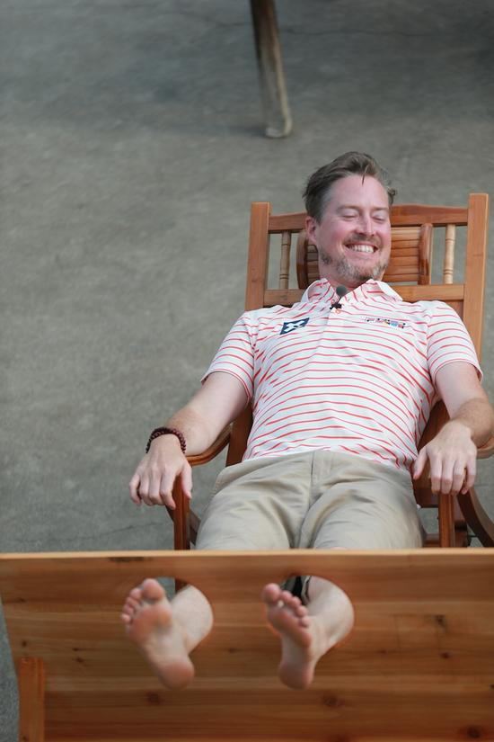 《爸爸3》老爸遭挠脚心折磨 夏克立脚臭熏晕夏