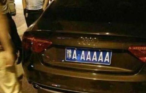 车牌贴纸在哪里:我的车牌上有字母T,我想将其粘贴为1、我不知道哪里有蓝色反光贴纸?
