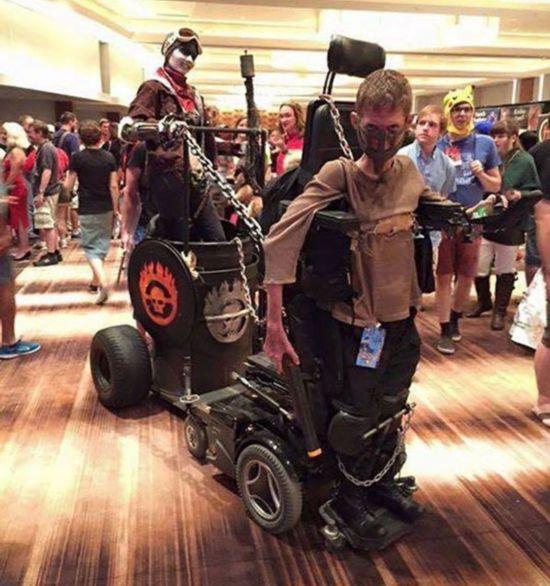 残疾男生将轮椅改装成战车 角色扮演引关注