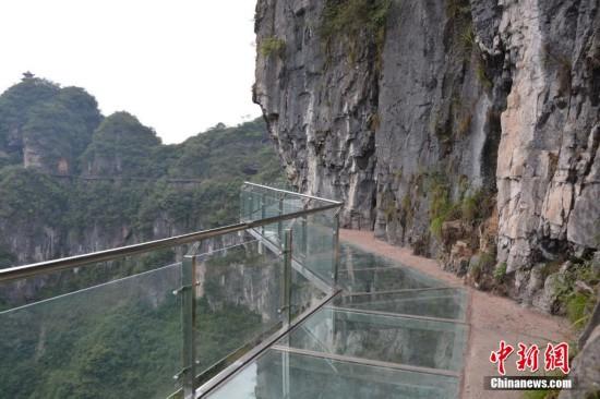 贵首条悬崖玻璃栈道建成 百米崖上