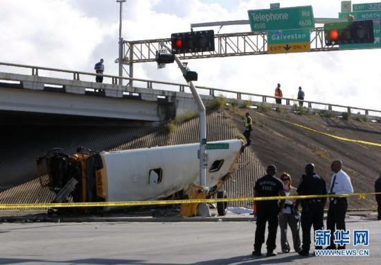 (晚报)(1)休斯敦一校车翻落高架桥致多人死伤