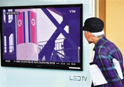 9月15日,首尔,韩国民众观看朝鲜宣布发射卫星的报道。朝鲜原子能研究院当天表示,宁边所有核设施开始正常运转。