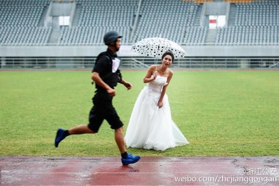 特警大喜之日参加比武 新娘穿婚纱雨中加油