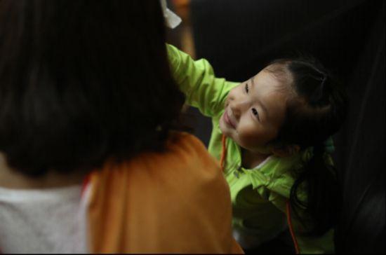 小彤人体艺术_(图6:在等待妈妈下班的时候,小彤(化名)为工作人员擦汗)