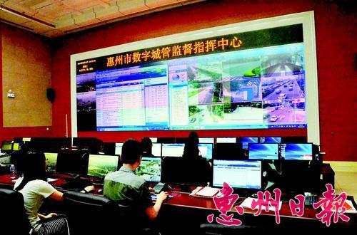 市数字城管监督指挥中心实时监控城市管理每个角落。 本报记者张 晨 摄