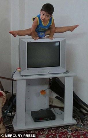 2岁伊朗体操男孩受网友热捧 九个月开始学习