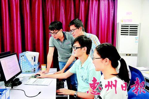 """这是惠州学院学生在创新中心""""上班""""。该学院计算机科学系与旭日集团开展校企合作,共同研发的4款软件已推向市场。 资料图片"""