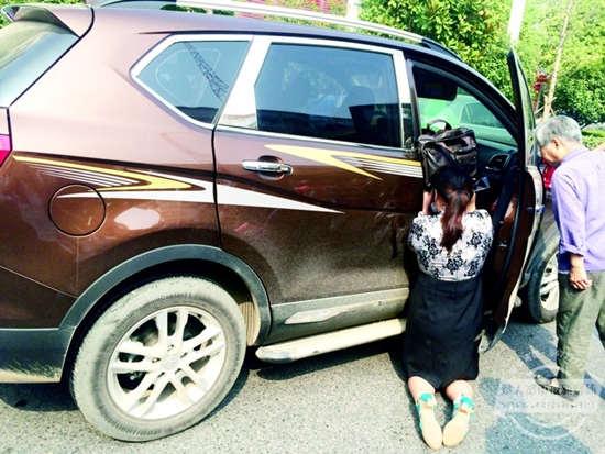 丈夫开车猝死 妻子跪地为亡夫遮阳(图)