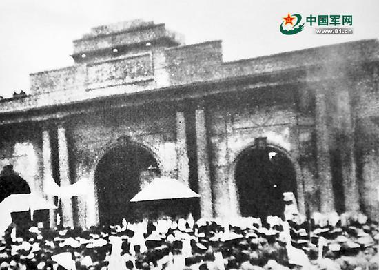 1931年9月28日,南京、上海的学生在南京国民政府门前集会示威,要求国民党出兵抗日。