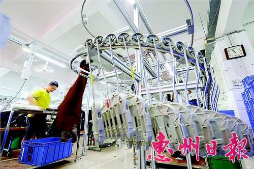 惠东县加快产业升级实现发展质效双增。这是惠州市老铭人服饰有限公司自动化生产线。 本报记者黄俊琦摄