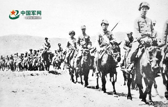 在中国共产党推动和帮助下,西北军将领冯玉祥和共产党人吉鸿昌合作,1933年5月在张家口组织了察绥抗日同盟军。这是开赴前线的抗日同盟军骑兵团。