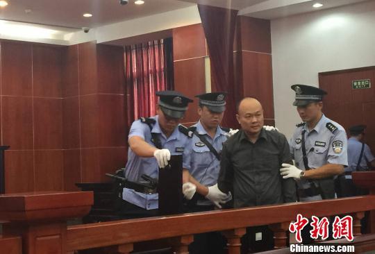 """广东""""坟爷""""承认行贿公安局长举报人称还有多单"""