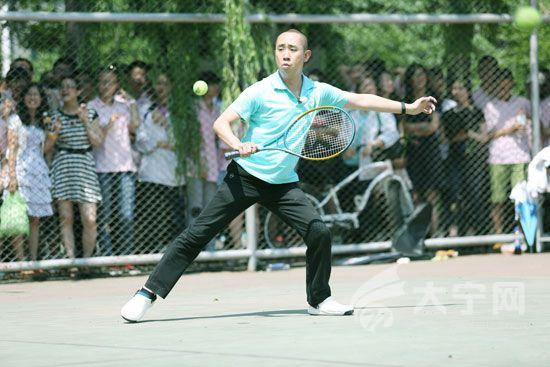 白凱南打網球